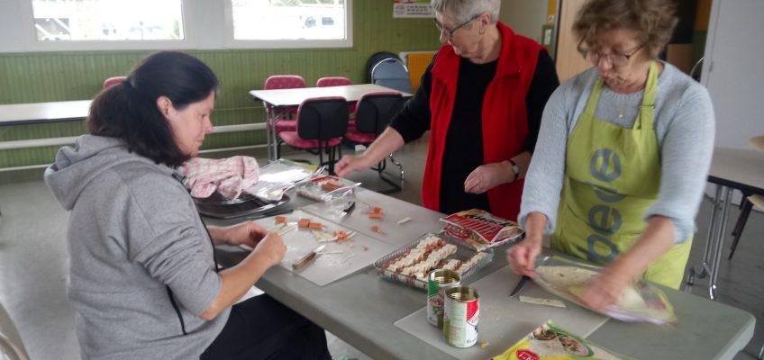 Les bénévoles préparent l'apéritif