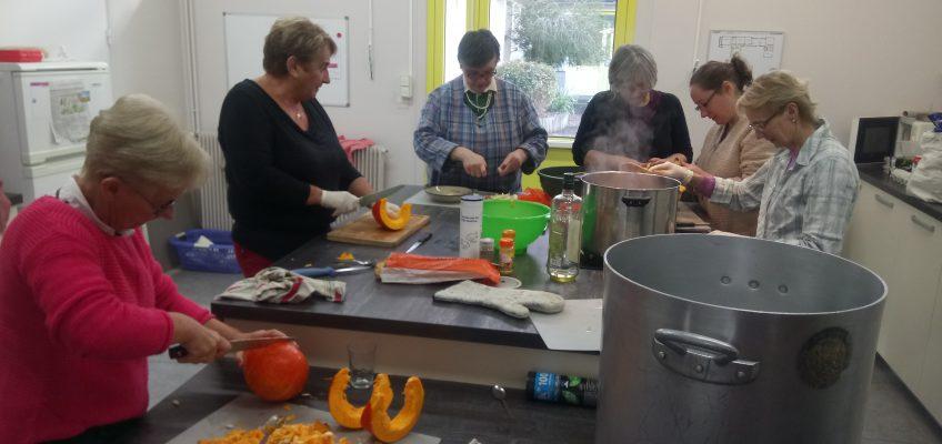 Les bénévoles préparent la soupe pour la dégustation